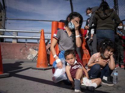 Vilma Iris Peraza y sus hijos Erick y Adriana, de Honduras, en el puente fronterizo de Ciudad Juárez el pasado 18 de marzo.