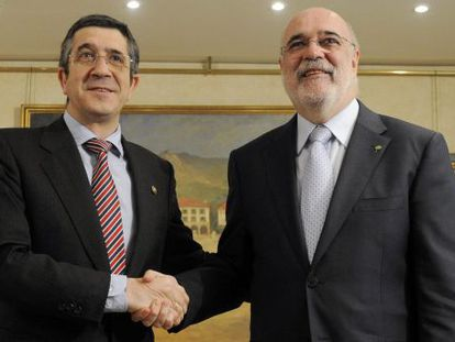 El 'lehendakari' López (izquierda), en su reunión de ayer con el Comisionado para la Convivencia, Jesús Loza.