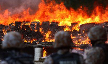 Soldados mexicanos observan la quema de 134 toneladas de marihuana procedentes del mayor alijo de esta droga incautado en Tijuana, el pasado 20 de octubre.