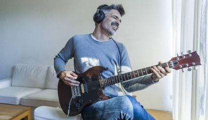 Los instrumentos eléctricos pueden ser la solución ideal para tocar en silencio si se utilizan unos auriculares.