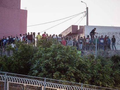 Varios marroquíes intentan llegar a suelo español desde la frontera que separa Melilla y Marruecos.