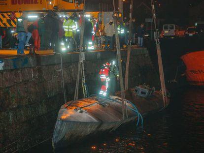 Dos grúas reflotan el pasado noviembre el 'narcosubmarino' hundido en Cangas (Pontevedra).