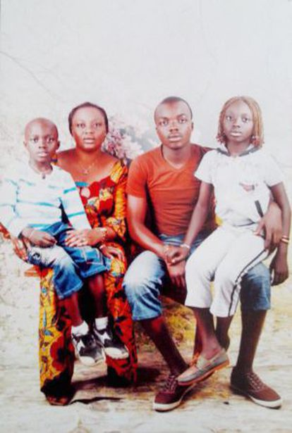 Adou, junto a sus padres y su hermana, en una foto familiar en Costa de Marfil facilitada por su abogado.