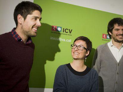 David Cid (i), Marta Ribas (centro) y Ernest Urtasun (i) en la sede de ICV.