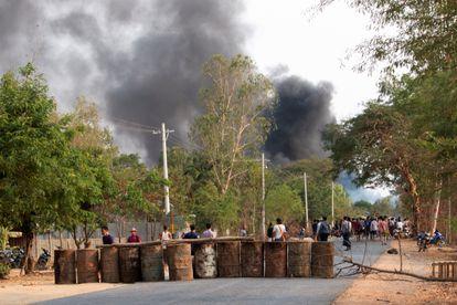 Barricada de fuerzas opositoras a la junta militar, en Taze, en Myanmar, el pasado 7 de abril.