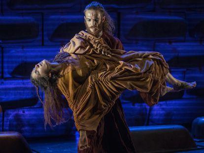 Javier Dominguez (Orestes) sostiene a Silvia Garzón (Electra) en un ensayo de 'Elektra.25', este miércoles en el teatro TNT de Sevilla.