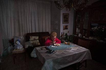 Una anciana durante la Navidad de 2020, en Barcelona.
