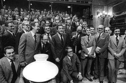 Suárez, miembros de su Gobierno y parlamentarios de UCD posan tras la aprobación de la Constitución en el Parlamento el 31 de octubre de 1978.