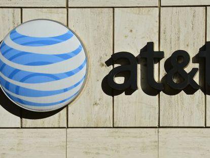 Logotipo de AT&T en su sede de Dallas.