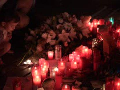 Operarios desmontan los altares de homenaje a las víctimas en La Rambla.