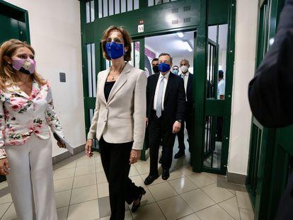 La ministra de Justicia, Marta Cartabia (en el centro), y el primer ministro, Mario Draghi, en una visita a una prisión, el 14 de julio, en Santa Maria Capua Vetere (Italia).