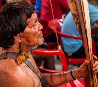 Un indígena Araweté en una reunión en el centro de convenciones de Altamira, en el Pará (Brasil).