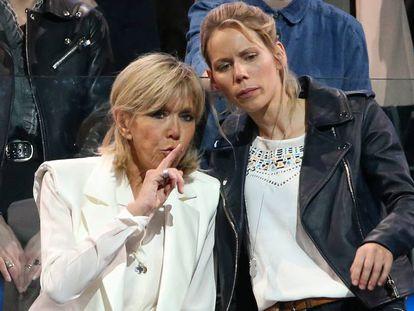 Brigitte Macron y su hija Tiphaine Auziere en un acto de apoyo a Emmanuel Macron en París en abril de 2017.