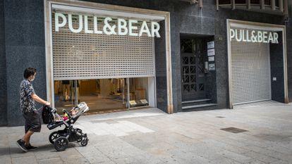 Entrada de una tienda de Pull&Bear en el centro de Barcelona.