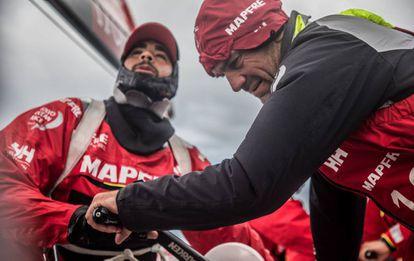 Xabi Fernández y Willy Altadill durante una maniobra del Mapfre en el ocáno Sur.