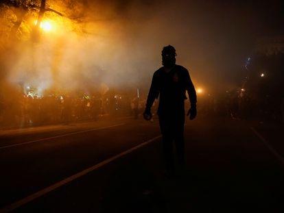 Las fuerzas de seguridad lazan gases lacrimógenos contra los manifestantes frente a la Casa Blanca, este sábado.