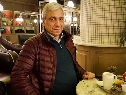 Yassin al Haj Saleh durante la entrevista con EL PAÍS el pasado 22 de enero en un café de Estambul
