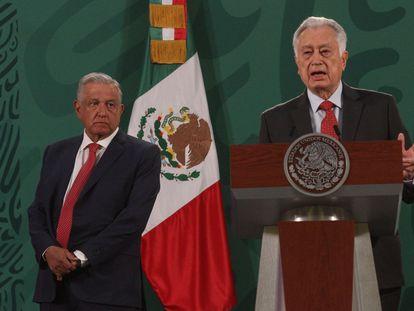 Manuel Bartlett, director general de la Comisión Federal de Electricidad, habla durante la conferencia matutina de López Obrador este viernes.
