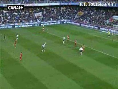 """Un gol de Feghouli, otro en propia puerta de Botía y dos de Jonas permiten a los de Emery afianzar su tercera plaza. Los asturianos se hunden penúltimos a cuatro puntos de la salvación. <strong><a href=""""http://www.elpais.com/buscar/liga-bbva/videos"""">Vídeos de la Liga BBVA</a></strong>"""