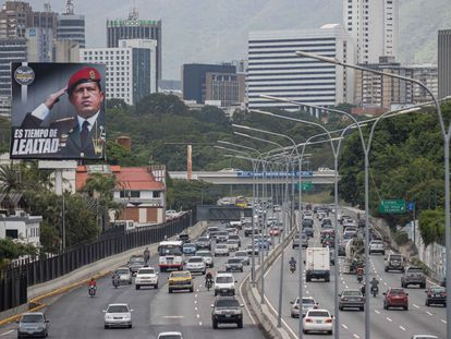 La imagen del expresidente venezolano Hugo Chávez, en una autopista de Caracas.