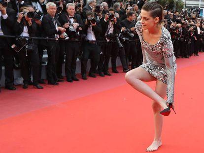 Kristen Stewart se quita los zapatos para su paseo por la alfombra roja de Cannes.