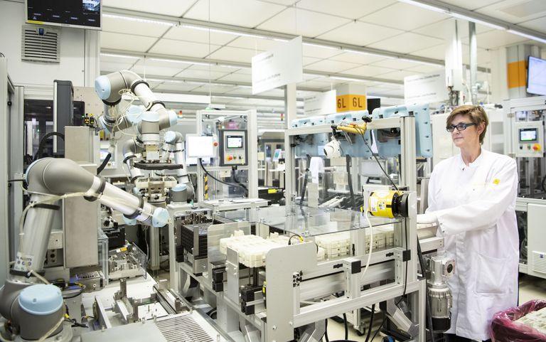 Un operario trabaja con un robot colaborativo en una planta de Continental en Regensburg, Alemania.