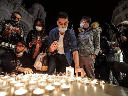 Tributo a las víctimas ante la basílica de Notre-Dame, este jueves en Niza.