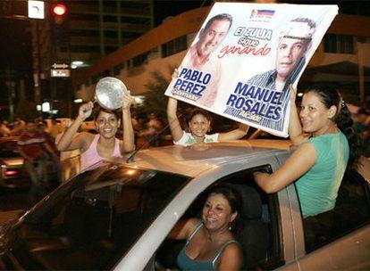 Simpatizantes de la oposición celebran los resultados electorales en Maracaibo, en el Estado del Zulia.