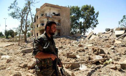 Un miliciano de las Fuerzas Democráticas Sirias, en el frente de Raqa.