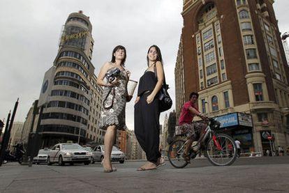 María González, izquierda, y Sandra Iniesto, cerebros de Loca por tu ropa, posan en la plaza del Callao.