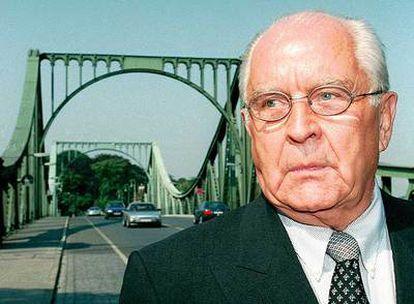Wolfgang Vogel, en el puente de Glienicke, en agosto de 1997.