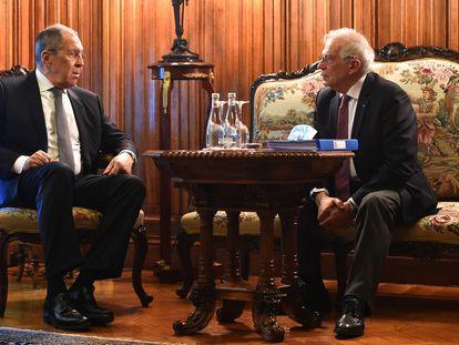 Serguéi Lavrov y Josep Borrell, en su encuentro de este viernes en Moscú.