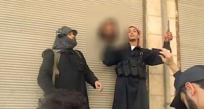Captura de pantalla del vídeo en el que se muestra la cabeza cortada de Fares.