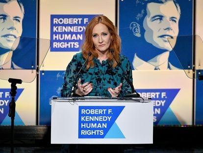 La escritora J.K. Rowling, señalada por sus críticas hacia las teorías queer sobre el género y firmante de la carta de los 153, en una entrega de premios en Nueva York en diciembre de 2019.
