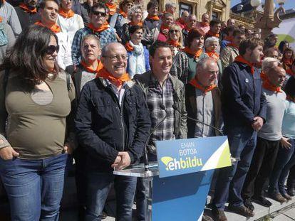 Hasier Arraiz acompaña al candidato a la alcaldía de San Sebastián, Juan Karlos Izagirre, este lunes en un acto en la capital guipuzcoana.