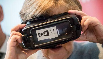 La canciller alemana Angela Merkel se prueba unas gafas de realidad virtual en la un evento en Berlín en 2017.