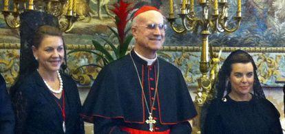 La vicepresidenta Sáenz de Santamaría y la presidenta de Castilla-La Mancha, Dolores de Cospedal, con el cardenal Bertone.