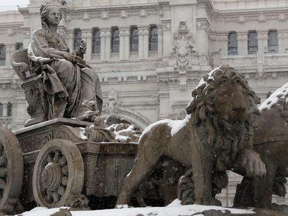 Vista de la fuente de La Cibeles, durante la fuerte nevada este viernes en el centro de Madrid. En vídeo, el paso de la borrasca Filomena por algunas ciudades españolas.