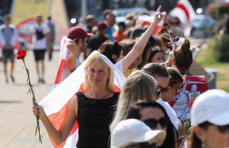 Ciudadanos de Bielorrusia durante una ceremonia en Brest en homenaje a Gennady Shutov, una de las víctimas de la represión.