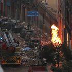 Efectivos de Bomberos, Policía y equipos de emergencias trabajan en la calle Toledo de Madrid, en el lugar en el que una explosión ha provocado el derrumbe de parte de un edificio de seis plantas en el centro de Madrid.