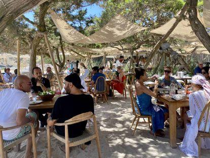 Casa Jondal, mesas sobre la arena.