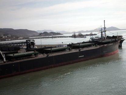 Un buque en el puerto de Guaymas, donde se produjo el derrame.