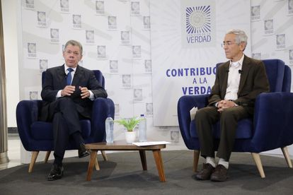 Former President Juan Manuel Santos, together with the Jesuit priest Francisco de Roux, president of the Truth Commission, on June 11, 2021.