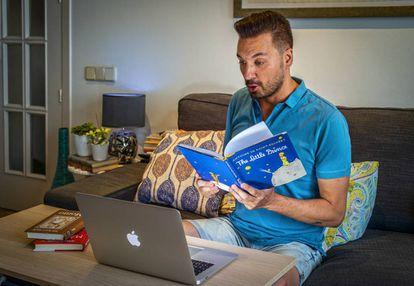 Jorge Pozo Soriano, profesor de primaria de Madrid, en su casa, desde donde leía libros o hacía malabares para captar la atención de los niños en las clases online durante el confinamiento.