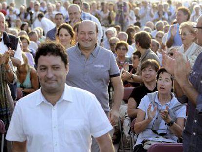 Andoni Ortuzar camina este viernes sonriente entre decenas de simpatizantes del PNV antes de ofrecer un mitin en Zarautz.