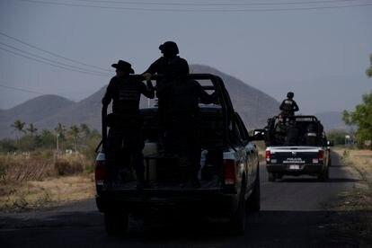 Un grupo de la policía del Estado de Michoacán patrulla la carretera de la comunidad  El Aguaje.