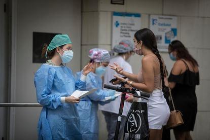 Personal sanitario del ambulatorio de La Florida atienden a los pacientes en la entrada del centro.