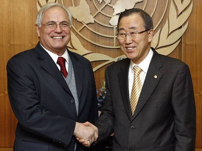 Christopher Ross junto al exsecretario general de la ONU. Ban Ki-moon, en 2009.