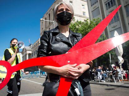 Protestas de trabajadores del sector de peluquería y estética este lunes, en Madrid.