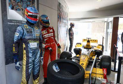 Varios monos usados por Fernando Alonso y el Renault R-30 que disputó en 2010 el mundial de F1.